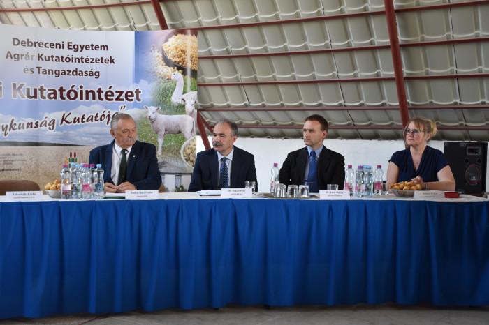 Megtartották a karcagi gazdafórumot: a mezőgazdaság aktualitásairól, a környezetvédelem és az ökológiai gazdálkodás követelményeiről, valamint az új technológiai elemekről volt szó