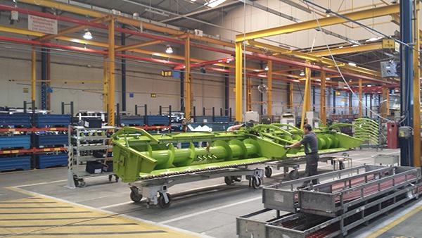 A mezőgazdasági munkagépek szélessége adott esetben a szembejövő sávba is átérhet - képünkön egy CLAAS kombájnhoz készülő vágóasztal látható a cég törökszentmiklósi gyárában