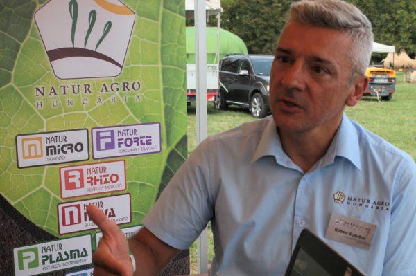 Rózsa Sándor, a Natur Agro Hungária Kft. cég Baranya megyei tanácsadója beszélt arról, miért hasznosak a cég termékei a talajélet javításához