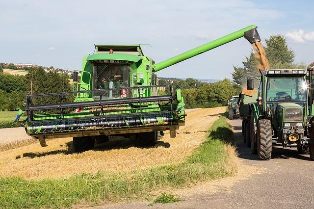 A mezőgazdasági munkagépek nyáron és ősszel közlekednek a legtöbbet, ilyenkor nagyon oda kell figyelni az utakon a nagyméretű és lassan haladó járművekre