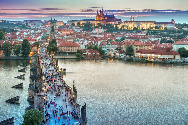 15 év után is kifizetődő az uniós tagság a cseheknek és a magyaroknak is - képünkön Prága látképe