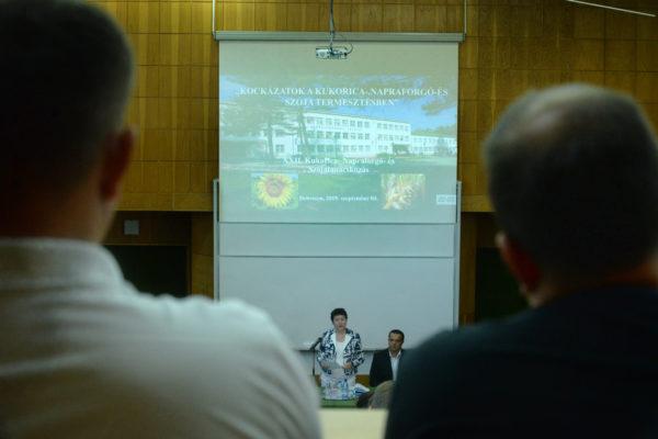Bánáti Diána, a Debreceni Egyetem Mezőgazdasági Élelmiszertudományi és Környezetgazdálkodási Karának dékánja beszélt az egyetem kísérleteiről - Fotó: www.unideb.hu