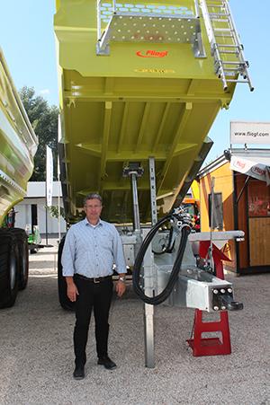 A Fliegl Abda Kft. cégvezetője, Ackermann Tamás beszélt a gépekről Bábolnán - (Fotó: Magro.hu)