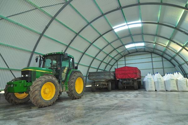 A több milliót érő mezőgazdasági gépek tárolására ideális egy Frisomat-csarnok
