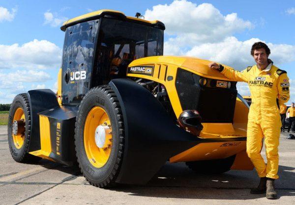 Övék a leggyorsabb traktor világrekordja: a JCB Fastrac Two és Guy Martin - Fotó: JCB