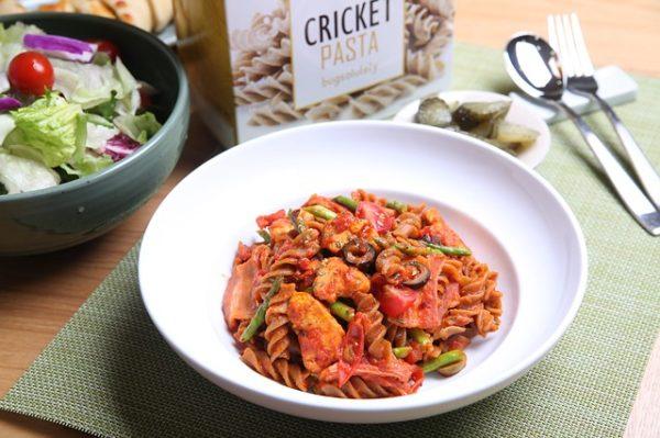 A rovarélelmiszerek tölthetik be az egyre dráguló húsok helyét a tányérokon - itt például tücsöktészta látható