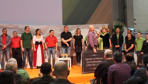 Lontsák János ügyvezető igazgatót, az előadás megálmodóját köszönti az RAGT csapat előtt Pártai Lucia meteorológus - Fotó: Magro.hu