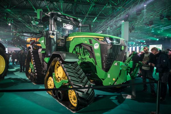 A John Deere 8RX gumihevederes traktor