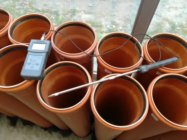 A Homokhátság talaját műanyag csövekben vizsgálták - Fotó: Dr. Kutasi József
