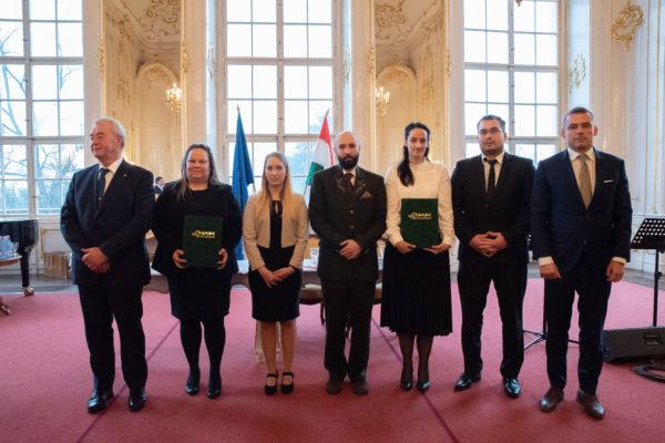 Középen a Nemzeti Agrártehetség Program díjazottjai, a szélén pedig a díjak átadói - Fotó: NAIK