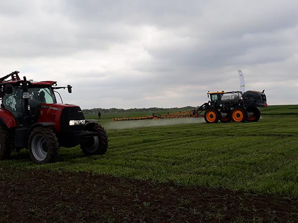 Továbbra is folytatódik a növényvédőszer-hatóanyagok felülvizsgálata, folyamatosan változnak az előírások és az eljárások Európai Unióban - képünkön permetező bemutató