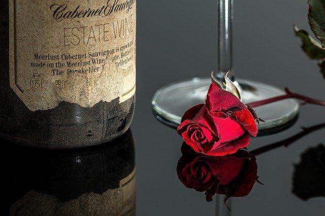 A helyzet egyáltalán nem  volt rózsás Kaliforniában, ahol 400 ezer palacknyi cabernet sauvignon került egy folyóba - képünk illusztráció