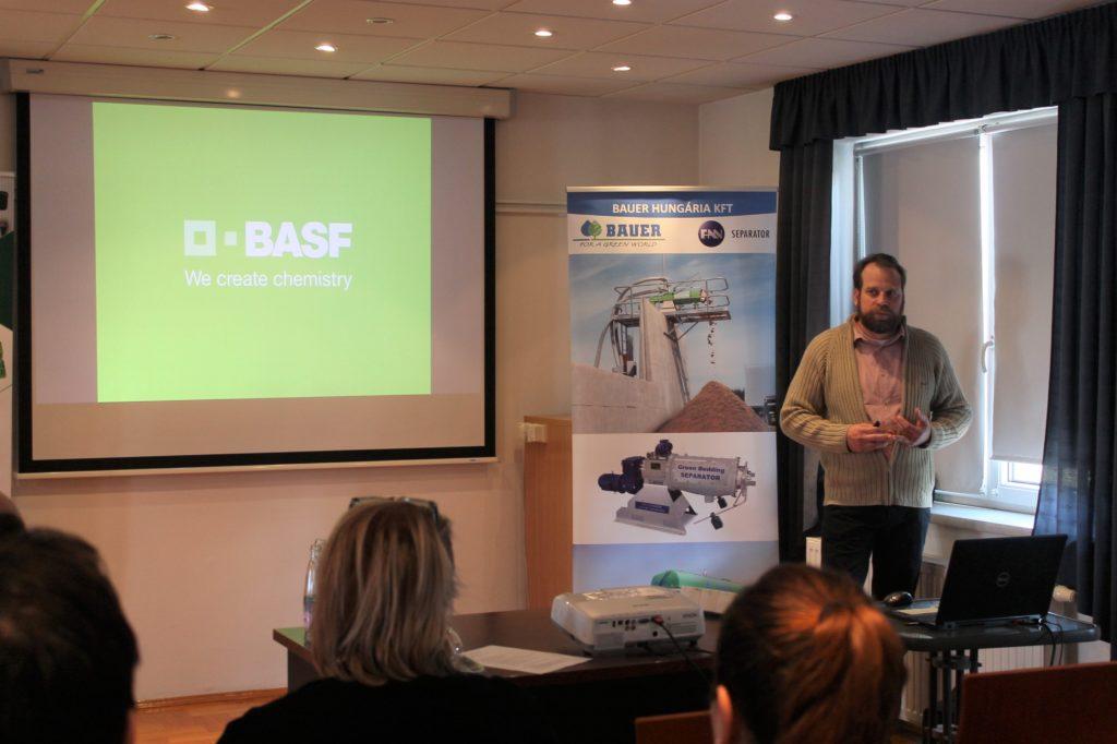 Németh Balázs, a BASF Hungária Kft. fejlesztőmérnöke az inhibitorok segítségével történő hígtrágya hasznosításról beszél a Bauer Hungária Kft. szolnoki rendezvényén - Fotó: Magro.hu