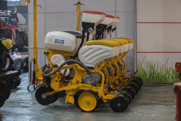 Az Özdöken vetőgép előnye, hogy gyári kiépítésében 16 cm-es tőtávolságra is tud vetni