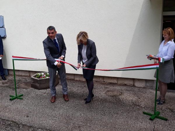 A NAIK főigazgatója, Gyuricza Csaba, és Herceghalom polgármestere, Csizmadia Zsuzsanna vágja át a szalagot a haszonállat-embriológiai laboratórium és kísérleti takarmánykeverő üzem átadásán - Fotó: Magro.hu - CSZS