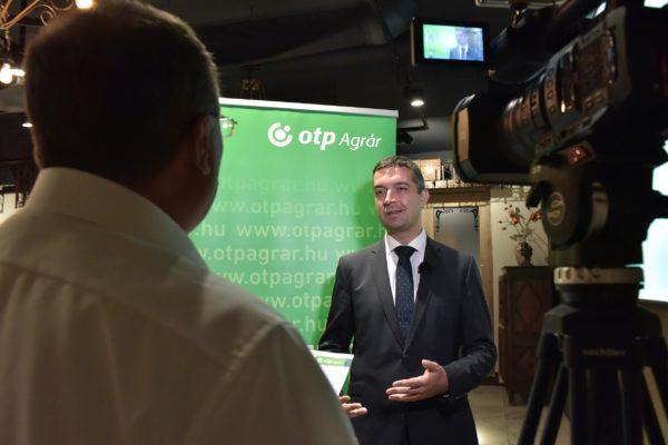 Feldman Zsolt mezőgazdaságért és vidékfejlesztésért felelős államtitkár beszél az OTP Bank agrárhitelezéssel foglalkozó sajtótájékoztatóján, Budapesten - Fotó: Krasznai-Nehrebeczky Mária
