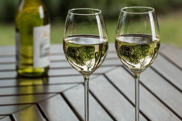 A Kárpát-medence valamennyi borvidékéről érkezett, jellegzetes helyi szőlőfajtákból készült fehérborok házasításából készül el az Összetartozás bora - képünk illusztráció