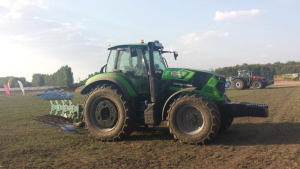 Egy Deutz-Fahr traktor a Mezőhegyesi Ménesbirtok szántóterületén - Fotó: Magro.hu - CSZS