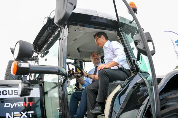 Nagy István agrárminiszter (a kormánynál) a gépészet mellett az öntözés fejlesztésében is nagy lehetőségeket lát - Fotó: MTI/Czeglédi Zsolt