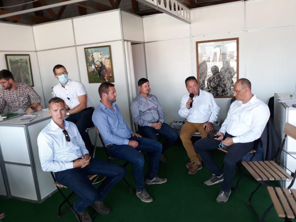Váradi Zoltán kérdezi a kerekasztal beszélgetés résztvevőit - Fotó: Magro.hu - CSZS
