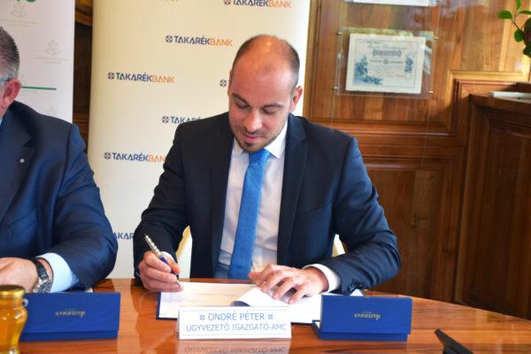 Ondré Péter írja alá a magyar méhészet segítéséért létrehozott stratégiai megállapodást
