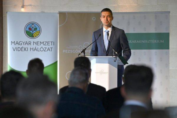 Feldman Zsolt, a mezőgazdaságért és vidékfejlesztésért felelős államtitkár Etyeken jelentette be a hazai borászok számára kiírt kárenyhítő támogatási keret bővítését - Fotó: MTI