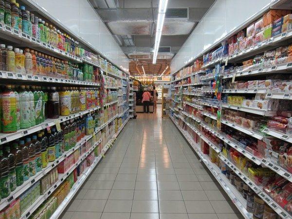 A környezetterhelés árát is feltüntették egy német élelmiszerbolt polcain - képünk illusztráció