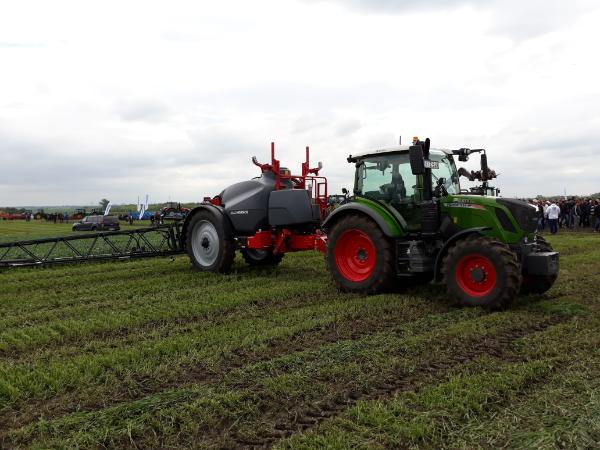 A CSEBER munkatársai azért dolgoznak, hogy minden magyar gazda megfelelően kezelje a kiürült növényvédő szeres göngyölegeket - Fotó: Magro.hu - CSZS