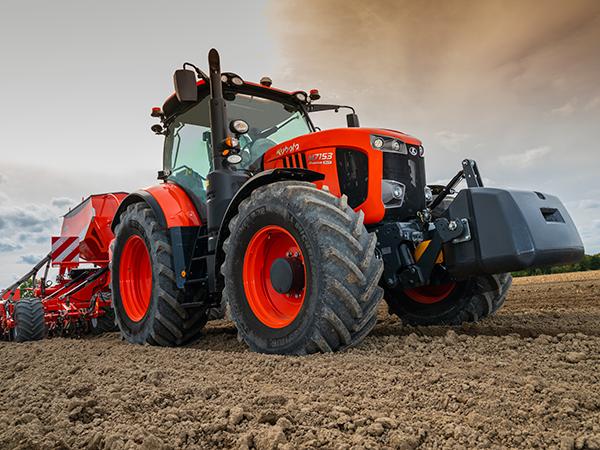 Mezőgazdasági gépek munkában: vetőgép a Kubota M7153 mögött