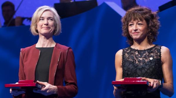 Jennifer A. Doudna amerikai biokémikus és Emmanuelle Charpentier francia mikrobiológus (Fotó: MTI/EPA/NTB/Berit Roald)