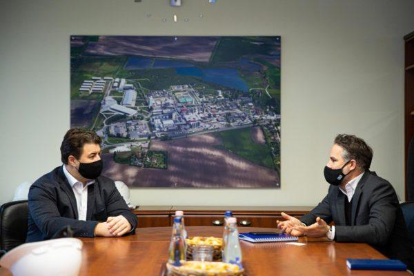 Erdős Norbert (balra) és Reng Zoltán beszélget a Hungrana Kft. egyik irodájában Fejér megyében, a Gárdonyi járásban található Szabadegyházán - Fotó: Fekete István