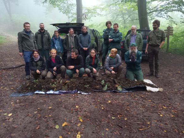 A kaktuszok irtását végző természetvédő csapat - Fotó: Szántay Kamilla