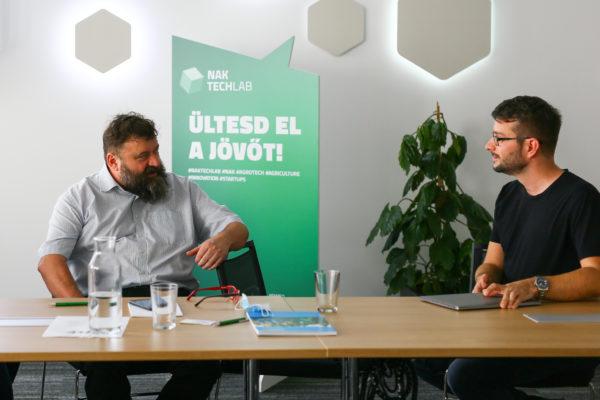 a KITE Zrt. képviseletében Hadászi László, a cég innovációs főigazgatója (balra) az Agroclerk ügyviteli folyamatokat segítő platformot is teszteli a NAK TechLab inkubációs programjában, mellyel a gazdálkodók jelentős időt spórolhatnak az adminisztrációs munkák terén
