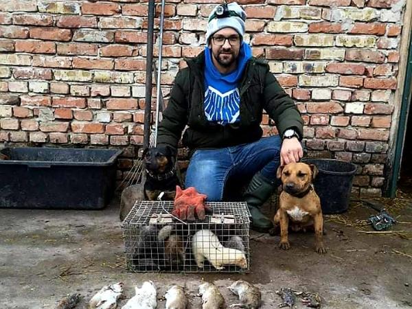 Radócz Tamás a munkatársaival, vadászgörények és kutyák társaságában a levadászott patkányok előtt - Fotó: FB
