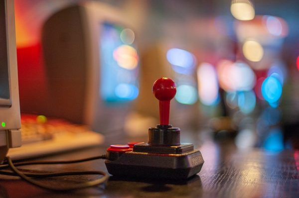 """A disznókat megtanították arra, hogy megértsék a """"joystick"""" és a """"figyeld a képernyőt!"""" parancsokat"""
