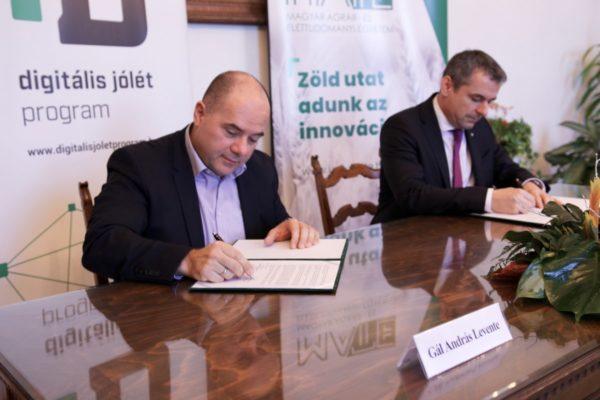 Szándéknyilatkozatot írt alá Gyuricza Csaba (jobbra), a Magyar Agrár- és Élettudományi Egyetem (MATE) megbízott rektora és a Digitális jólét program (DJP) szakmai vezetője a digitalizáció agrár- és logisztikai területein való együttműködésről - Fotó: MATE