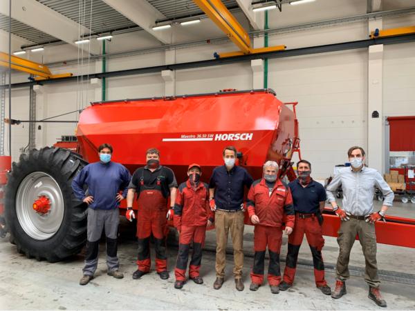 A Horsch-csapat egy része a gyártóközpontban, a németországi Schwandorf-ban - Fotó: Horsch Twitter, illusztráció