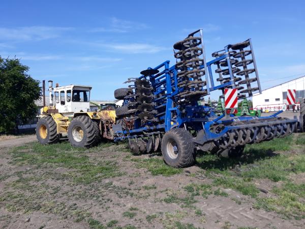 Komoly és nagy művelőeszközöket is játszi könnyedséggel vontat a Rába Steiger 250 - Fotó: Magro.hu, CSZS, Szentes