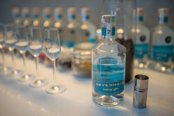 A Seven Hills Tokaj gin palackja, címkéjén a hegyoldal motívummal