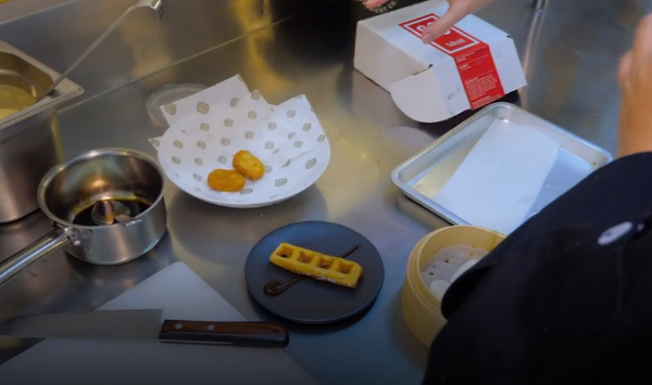 Az Eat Just csirkehús élesben, egy étteremben elkészítve a fehér tányérban
