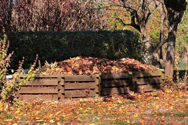 Összegereblyézett faleveleket és más komposztálható anyagokat is  fel lehet használni