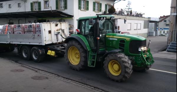 A Dolly - nyerges kapcsoló- vontató berendezés egy németországi munkában - Forrás: Youtube