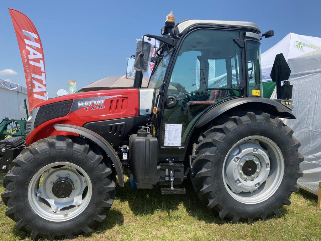 A Hattat T4110 az egyik legnépszerűbb traktor a Lakkos Kft. kínálatában - Fotó: Magro.hu, Mezőfalva