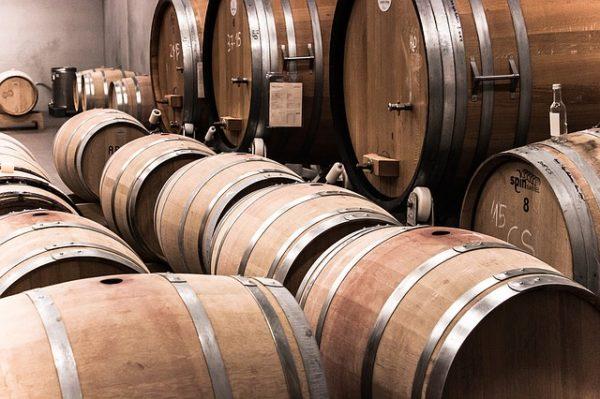 A szállodák, éttermek bezártak, a kevés borának a piaca is megszűnt, sőt az előző évjáratok palackjai is ott maradtak a nyakán a pincében
