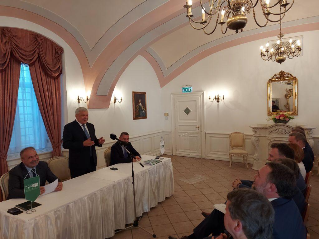 Csányi Sándor beszél egy ünnepélyes aláírási eseményen Gödöllőn, a királyi kastélyban - Fotó: Magro.hu, CSZS, Gödöllő