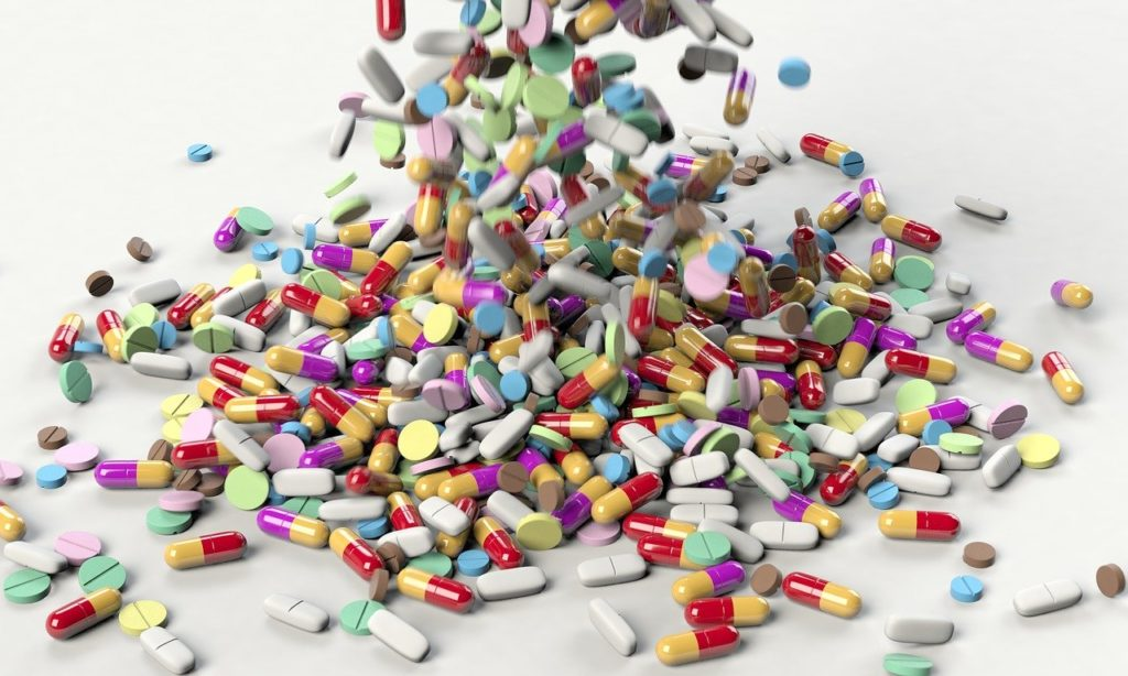 A legjelentősebb szerepe valószínűleg az emberi antibiotikum-használatnak van, amelyet főként a járóbeteg-ellátásban alkalmaznak, sokszor feleslegesen és helytelenül