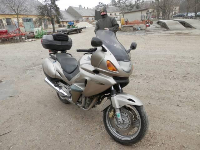 Eladó Honda Deauville motorkerékpár - 650 köbcentis - 41 KW - gyártási év: 1998 - 30 000 km 1 db fotó